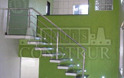 Escadas Apoiadas na Parede